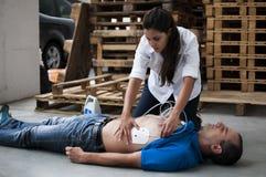 Εφαρμογή των ηλεκτροδίων defibrillation Στοκ Φωτογραφία