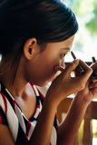 'Εφαρμογή' των όμορφων νεο&lamb Χρωματίζοντας φρύδια κοριτσιών με το σκάφος της γραμμής φρυδιών Στοκ Εικόνες