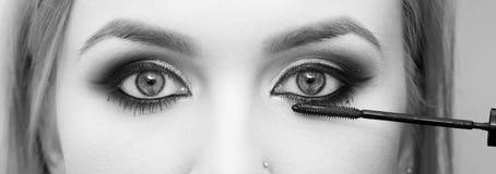 'Εφαρμογή' mascara Κορίτσι με το μάτι makeup Στοκ εικόνα με δικαίωμα ελεύθερης χρήσης