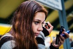 'Εφαρμογή' mascara κοριτσιών Στοκ Φωτογραφία