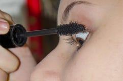 'Εφαρμογή' mascara κοριτσιών Στοκ φωτογραφία με δικαίωμα ελεύθερης χρήσης