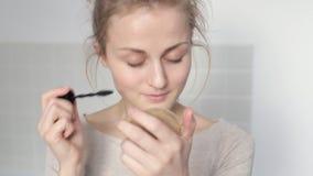 'Εφαρμογή' mascara κοριτσιών απόθεμα βίντεο