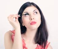 'Εφαρμογή' mascara των νεολαιών γυναικών Στοκ Φωτογραφία