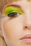 'Εφαρμογή' mascara ush των νεολαιών &g Στοκ Εικόνες