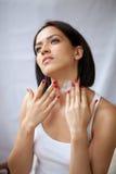 'Εφαρμογή' moisturizer των γυναικών στοκ φωτογραφία με δικαίωμα ελεύθερης χρήσης