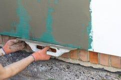Εφαρμογή putty στον τοίχο που χρησιμοποιεί spatula Στοκ εικόνα με δικαίωμα ελεύθερης χρήσης
