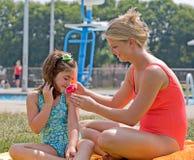 'Εφαρμογή' sunscreen μητέρων Στοκ φωτογραφία με δικαίωμα ελεύθερης χρήσης