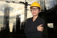 Εφαρμοσμένη μηχανική των γυναικών στο χαμόγελο στην κατασκευή στο λυκόφως Στοκ Φωτογραφίες