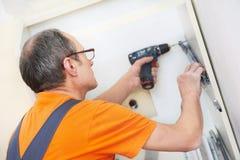 Εφαρμοστής κουζινών στην εργασία ξυλουργών στοκ εικόνα με δικαίωμα ελεύθερης χρήσης