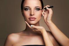 εφαρμόζει τη σκιά ματιών καλλιτεχνών makeup όμορφη γυναίκα κορίτσι ομορφιάς με την τέλεια σύνθεση στοκ εικόνες