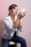 εφαρμόζοντας το λ της αποτελέστε τη γυναίκα στοκ εικόνα με δικαίωμα ελεύθερης χρήσης