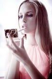 εφαρμόστε το κραγιόν Στοκ φωτογραφίες με δικαίωμα ελεύθερης χρήσης