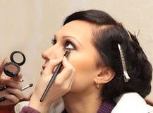 εφαρμόστε makeup τον πρότυπο επ στοκ εικόνες