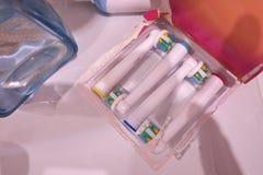 Εφεδρικά κεφάλια βουρτσών για την ηλεκτρική οδοντόβουρτσα Καθαρίστε αποτελεσματικότερα στοκ εικόνα με δικαίωμα ελεύθερης χρήσης