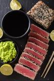 Εφελκιδώδης τόνος Seared σπόρου σουσαμιού που εξυπηρετείται με το wasabi και τη σάλτσα clo Στοκ φωτογραφία με δικαίωμα ελεύθερης χρήσης