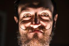 Εφευρέτης Hipster με τη γενειάδα και Mustages στο σκοτεινό δωμάτιο Χαμόγελο Trickster Στοκ φωτογραφία με δικαίωμα ελεύθερης χρήσης