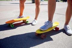 Εφηβικά οδηγώντας skateboards ζευγών στην οδό πόλεων Στοκ εικόνες με δικαίωμα ελεύθερης χρήσης