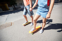 Εφηβικά οδηγώντας skateboards ζευγών στην οδό πόλεων Στοκ φωτογραφία με δικαίωμα ελεύθερης χρήσης