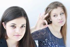Εφηβικά σχολικά κορίτσια που εξετάζουν τη φωτογραφική μηχανή στοκ εικόνα με δικαίωμα ελεύθερης χρήσης