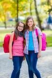 Εφηβικές μαθήτριες με τη σχολική τσάντα Στοκ Εικόνες