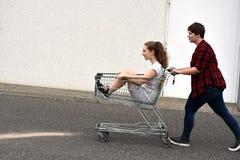 Εφηβικές φίλες με το κάρρο αγορών στοκ εικόνα με δικαίωμα ελεύθερης χρήσης