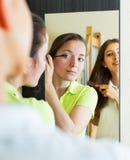 Εφηβικές φίλες που έχουν τη διασκέδαση κοντά στον καθρέφτη Στοκ φωτογραφία με δικαίωμα ελεύθερης χρήσης
