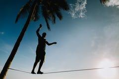 Εφηβική εξισορρόπηση στο slackline με την άποψη ουρανού Στοκ εικόνες με δικαίωμα ελεύθερης χρήσης