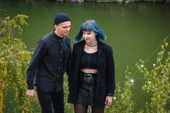 Εφηβική μπλε αναζήτηση κοριτσιών και αγοριών τρίχας μια θέση για να δοκιμάσει τα φάρμακα Στοκ Εικόνες