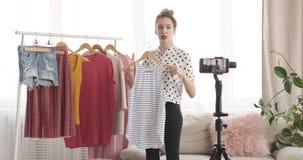 Εφηβική μόδα vlogger που παρουσιάζει νέο φόρεμα μπροστά από τη κάμερα απόθεμα βίντεο