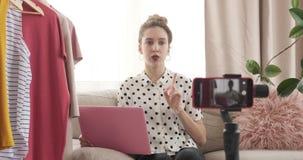 Εφηβική μόδα vlogger στη μπουτίκ της απόθεμα βίντεο