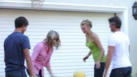 Εφηβική οικογενειακή παίζοντας καλαθοσφαίριση έξω από το γκαράζ φιλμ μικρού μήκους