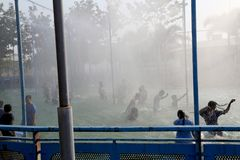 Εφηβική ομάδα ανθρώπων που απολαμβάνει τις διακοπές στο πάρκο νερού στοκ εικόνες