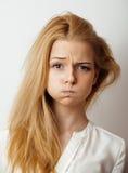 Εφηβική χαριτωμένη ξανθή σκέψη κοριτσιών, που ματαιώνεται Στοκ Εικόνες