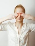 Εφηβική χαριτωμένη ξανθή σκέψη κοριτσιών, που ματαιώνεται Στοκ φωτογραφία με δικαίωμα ελεύθερης χρήσης