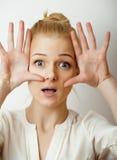 Εφηβική χαριτωμένη ξανθή σκέψη κοριτσιών, που ματαιώνεται Στοκ Φωτογραφία