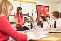 Εφηβικοί σπουδαστές που μελετούν στην τάξη Στοκ εικόνα με δικαίωμα ελεύθερης χρήσης