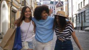 Εφηβικοί φίλοι που ψωνίζουν κατά τη διάρκεια της εποχής πώλησης απόθεμα βίντεο
