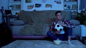 Εφηβικός ανεμιστήρας ποδοσφαίρου ενθαρρυντικός για την αγαπημένη ομάδα στο σπίτι, εθνικός ανταγωνισμός στοκ φωτογραφία με δικαίωμα ελεύθερης χρήσης