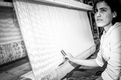 Εφηβικός εργαζόμενος με τον υφαίνοντας αργαλειό Στοκ εικόνα με δικαίωμα ελεύθερης χρήσης