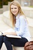 Εφηβικός σπουδαστής που εργάζεται υπαίθρια Στοκ εικόνες με δικαίωμα ελεύθερης χρήσης