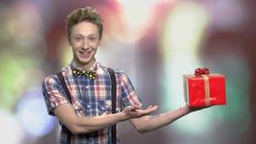 Εφηβικός τύπος που παρουσιάζει όμορφο κιβώτιο δώρων απόθεμα βίντεο