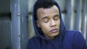 Εφηβικός χούλιγκαν που εξυπηρετεί την πρότασή του στη νεανική αποικία, δύσκολη νεολαία φιλμ μικρού μήκους