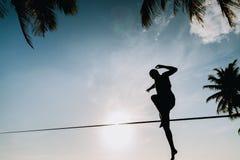 Εφηβικό άλμα στο slackline με την άποψη ουρανού Στοκ φωτογραφία με δικαίωμα ελεύθερης χρήσης