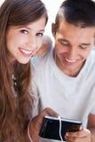 Εφηβικό ζεύγος με την ψηφιακή ταμπλέτα Στοκ Φωτογραφία