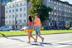 Εφηβικό ζεύγος με skateboards στη διάβαση πεζών πόλεων Στοκ Φωτογραφία
