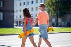 Εφηβικό ζεύγος με skateboards στη διάβαση πεζών πόλεων Στοκ φωτογραφία με δικαίωμα ελεύθερης χρήσης