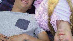 Εφηβικό ζεύγος που βρίσκεται στο coverlet υπαίθρια, αθώα πρώτη αγάπη, φιλία απόθεμα βίντεο