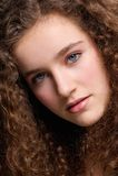 Εφηβικό θηλυκό πρότυπο μόδας πορτρέτου ομορφιάς με τη σγουρή τρίχα Στοκ φωτογραφίες με δικαίωμα ελεύθερης χρήσης