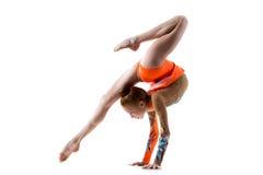 Εφηβικό κορίτσι χορευτών που κάνει handstand Στοκ Εικόνες