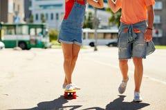 Εφηβικό οδηγώντας skateboard ζευγών στην οδό πόλεων Στοκ φωτογραφία με δικαίωμα ελεύθερης χρήσης
